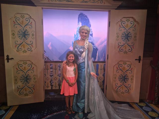 Ingrid Marie og Elsa i Norway Pavilion / Frozen