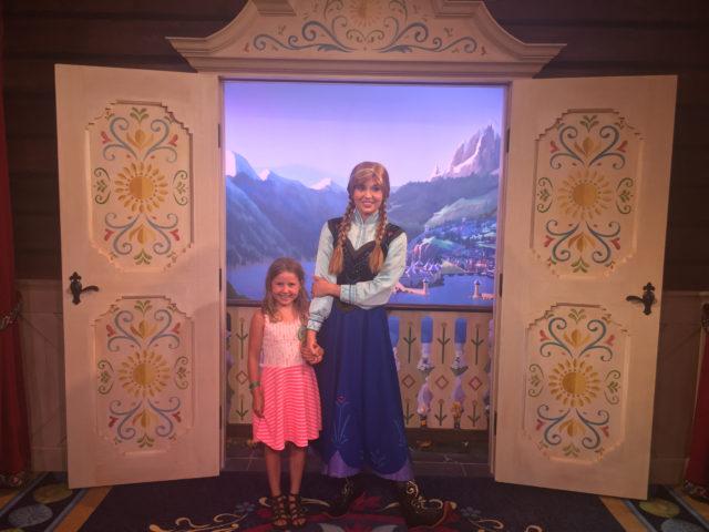 Ingrid Marie og Anna i Norway Pavilion / Frozen