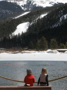 Ingrid Marie og Svante kikker ud over søen og bjegene