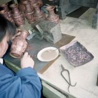 Lime små kobbertråde på vasen
